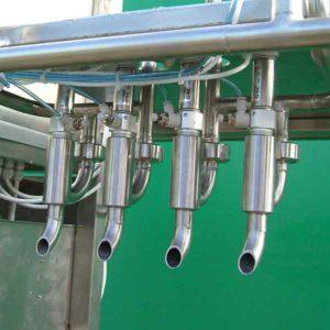 Vier Flaschen pro Vorgang gleichzeitig mit Milchprodukte (Trinkmilch oder fruchthaltige Milchprodukte), Fruchtsäfte, oder Alkoholische Getränke gefüllt