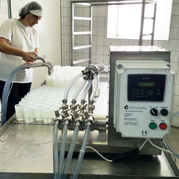 Manually driven filling equipment for liquids with 1- 4 heads for filling cups, glasses, bottles and buckets placed in crates